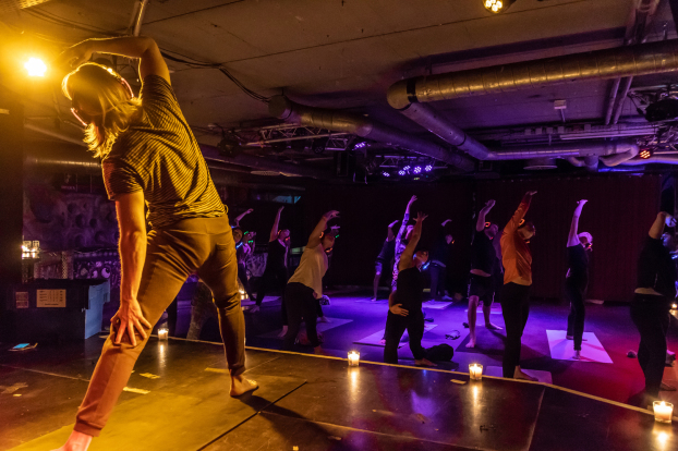 Silent Disco Yoga, Silent Yoga, Yoga, Namaste, Kopfhörer Yoga, Glow in the dark Yoga, Silent Sunset Yoga, YogawithRicarda, Johanna Fellner